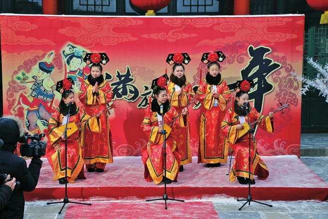 学习满族技艺布贴画、观看萨满祈福仪式……正月十五当天,吉林市满